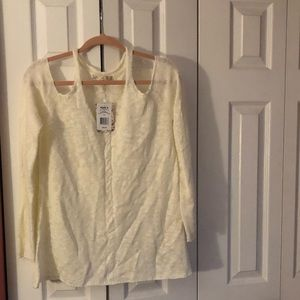Light sweater with cut out shoulder